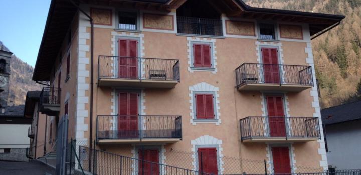 Restrukturisasi bangunan multi-keluarga di Branzi (Bergamo)